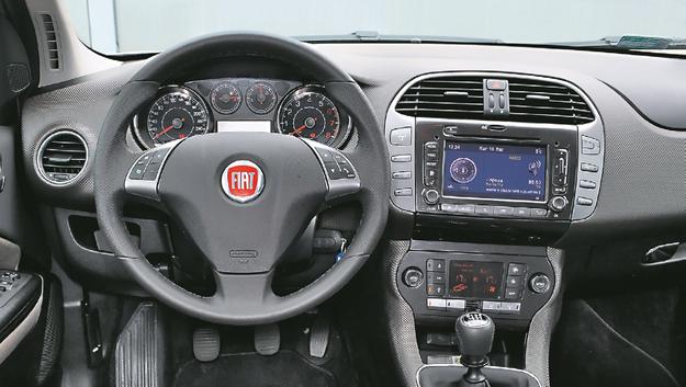 FIAT Najstarszy w zestawieniu jest Fiat i to widać. Polecamy poszukiwanie egzemplarza ze skórzaną kierownicą – plastik jest okropny. Szerokość wnętrza taka jak w Oplu. /Motor