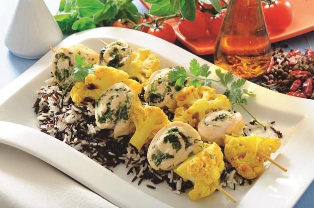Filet drobiowy rozklep, obłóż ziołami, zwiń. Roladę pokrój w plastry i nabijaj na szpadki na przemian z warzywami! /Arch. Bauer