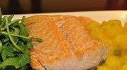 Filet z łososia z pikantną konfiturą i rukolą