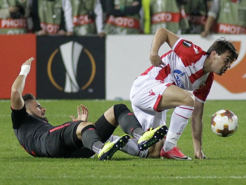 Filip Stojković (z prawej) z Crvenej Zvezdy i Olivier Giroud z Arsenalu /PAP/EPA