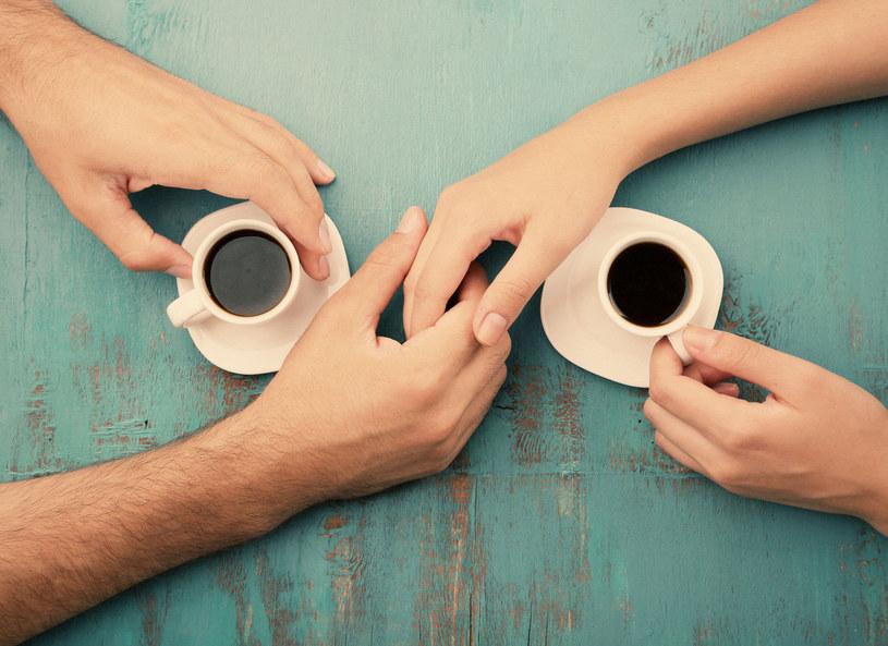 Filiżanka kawy to doskonała okazja do spotkań /123RF/PICSEL