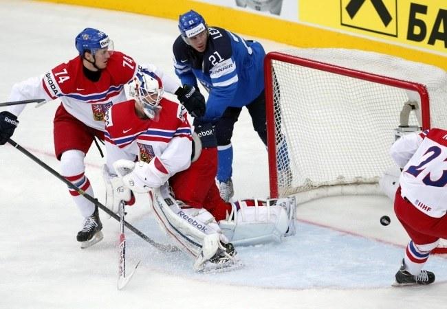 Fin Jori Lehtera strzela gola w meczu półfinałowym MŚ z Czechami /PAP/EPA