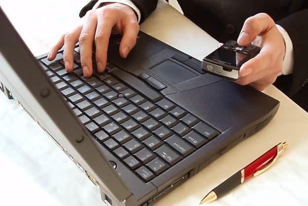Firmowe laptopy i telefony mogą wytrzymać więcej? /stock.xchng