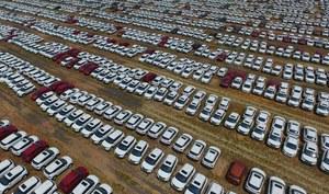 Firmy napędzają sprzedaż samochodów
