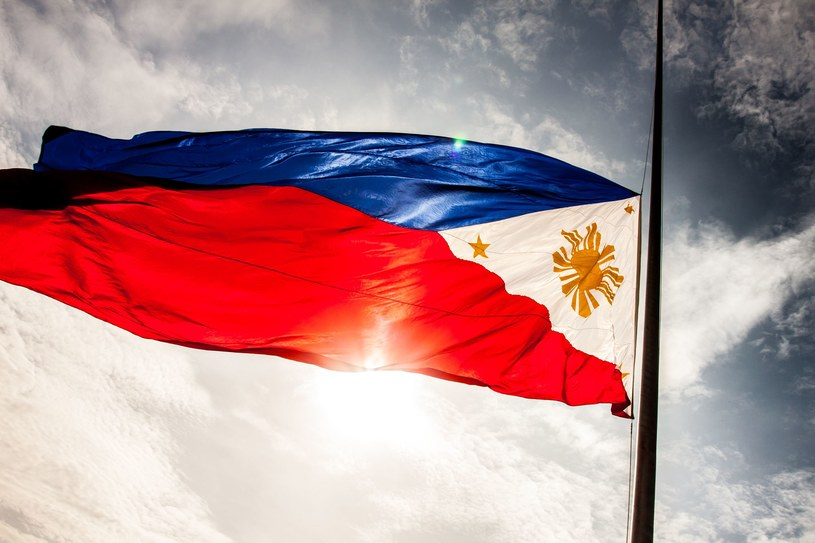 Flaga Filipin ma odwrócone kolory w wypadku gdy kraj prowadzi wojnę /©123RF/PICSEL
