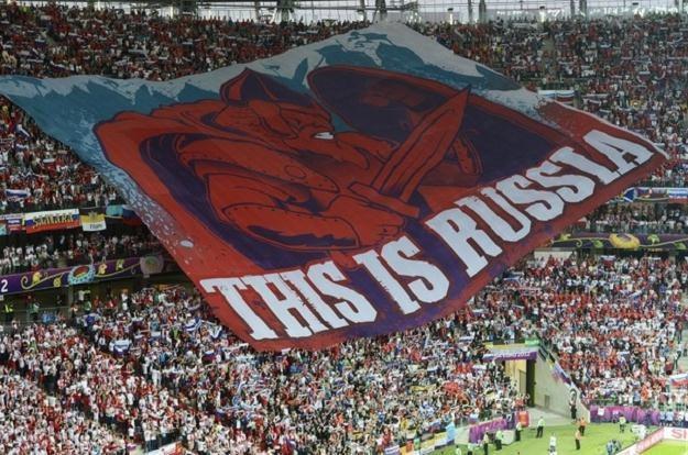 Flaga rozwinięta przez rosyjskich kibiców /PAP
