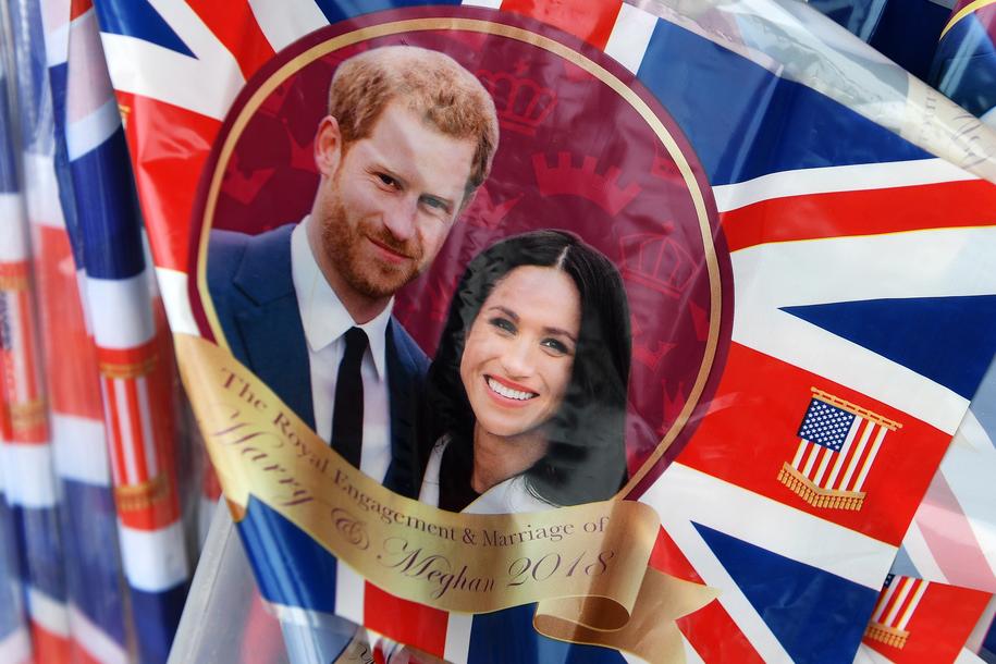 Flaga z wizerunkiem księcia Harry'ego i Meghan Markle /ANDY RAIN /PAP/EPA