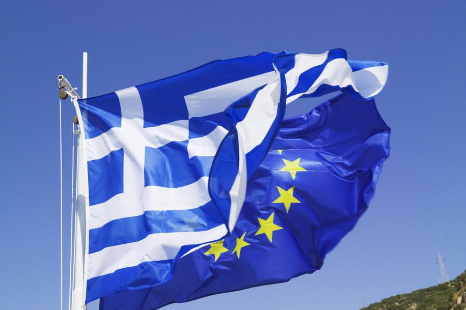 Flagi Grecji i Unii Europejskiej (zdjęcie ilustracyjne) /Michael Owston    /PAP/EPA