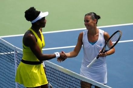 Flavia Pennetta (z prawej) odbiera gratulacje od Venus Williams /AFP