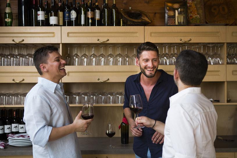 Flori Uka (w środku) produkuje wino i prowadzi restaurację /fot. Elie Gardner /The New York Times Syndicate