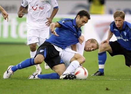 Florian Stahel (FC Zurich) walczy z Nicolą Ascolim (Empoli) /AFP