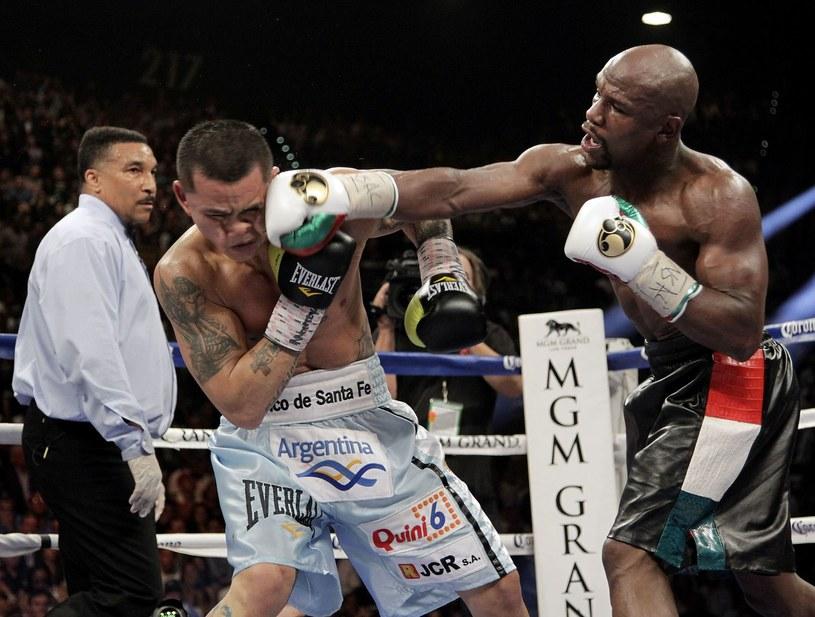 Floyd Mayweather, amerykański bokser (z prawej) /AFP