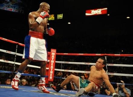 Floyd Mayweather Jr. rzuca na deski Juana Manuela Marqueza. /AFP