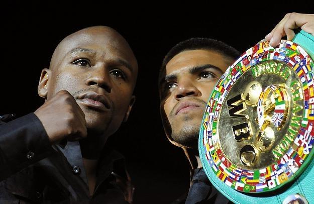 Floyd Mayweather (z lewej) i Victor Ortiz /AFP