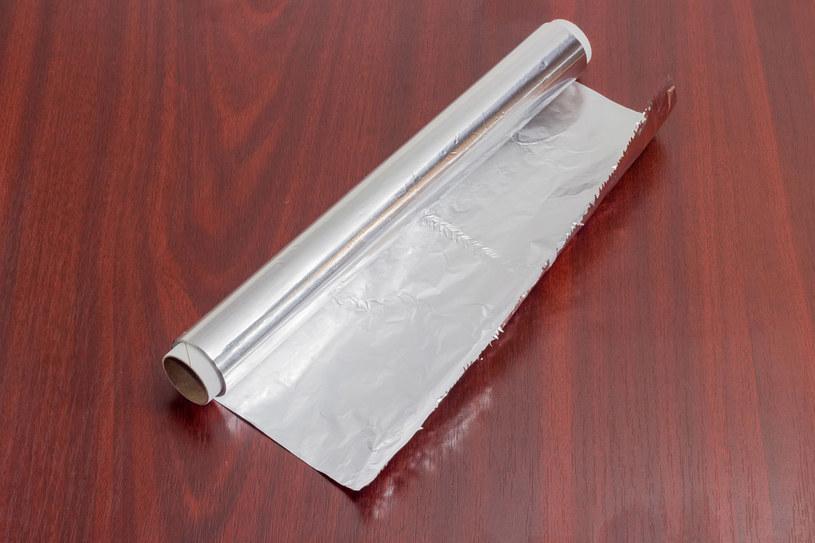 Folia aluminiowa przyda się nie tylko do zawijania kanapek /©123RF/PICSEL