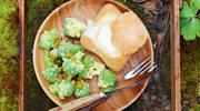 Fondue w bułkach z sałatką z kalafiora i korniszonów
