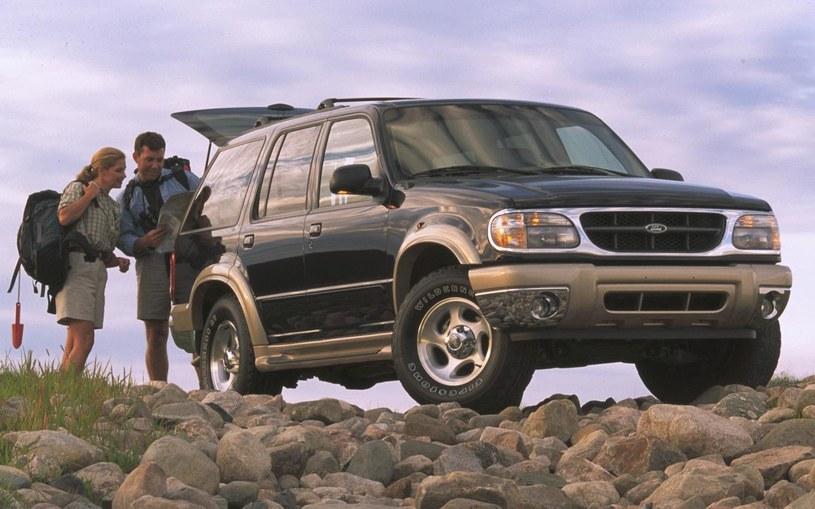 Ford Explorer z oponami Firestone /