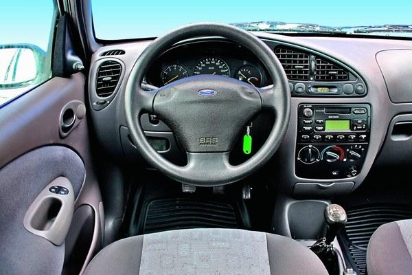 Wzorowa ergonomia, sportowe koło kierownicy, świetna obsługa skrzyni biegów. Zdecydowanie za mało miejsca dla wyższych osób.