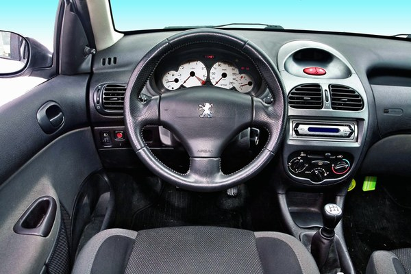 Stylistyka i wykonanie detali wyraźnie lepsze niż w Fordzie. Białe tarcze zegarów - dostępne tylko w lepszych wersjach.