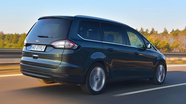 Ford Galaxy AWD prowadzi się bardzo stabilnie. Nad poczynaniami kierowcy może czuwać cała armia aktywnych systemów bezpieczeństwa. /Motor