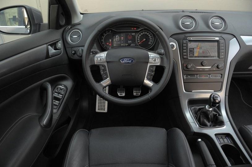 Ford Mondeo 1.6 EcoBoost Titanium We wnętrzu Mondeo uwagę zwracają bardzo miłe w dotyku tworzywa, nieduża kierownica i skuteczny system sterowania nawiewami. /Motor