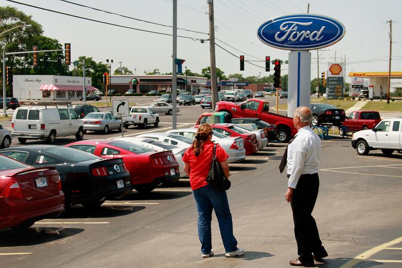 Ford to jeden z beneficjentów rosnącego popytu na samochody /Getty Images