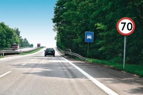 """Formalnie znak """"droga ekspresowa"""" nie odwołuje znaku ograniczenia prędkości. /Motor"""
