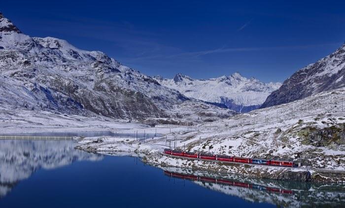 Fot. 2 Bernina Express jadący obok jeziora Bianco. Copyright by Rhaetische Bahn By-line: swiss-image.ch/Beppe Raso /materiały promocyjne