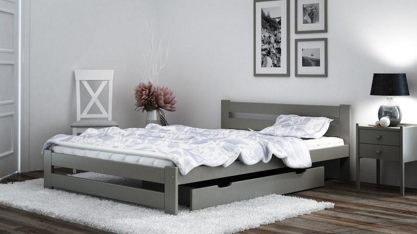 Fot. Meble Magnat - łóżko Kada w kolorze szarym /materiały prasowe