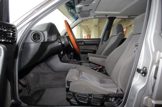 Fotele przednie za dopłatą mogły mieć rozsuwane siedziska. To  od wielu lat znak rozpoznawczy marki BMW. /Motor