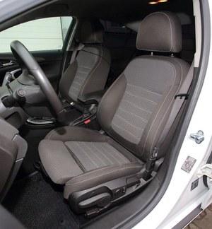 Fotele są bardzo dobrze wyprofilowane. W opisywanej wersji mają także wysuwaną część siedziska. /Motor