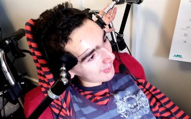 Fragment filmu, na którym Alex gra przy wykorzystaniu swoich brwi - materiał pochodzi ze strony fundacji specialeffect.org.uk /materiały prasowe