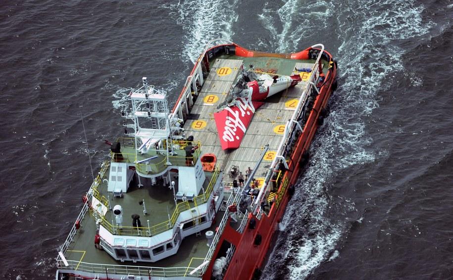 Fragment ogona samolotu linii AirAsia transportowany po wydobyciu w Morza Jawajskiego /ZULKARNAIN/POOL /PAP/EPA