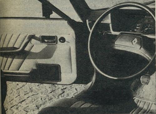 Fragment wnętrza samochodu. W drzwiach umieszczono głośniki radioodbiornika oraz dźwignię regulacji ustawienia lusterka zewnętrznego. /Motor