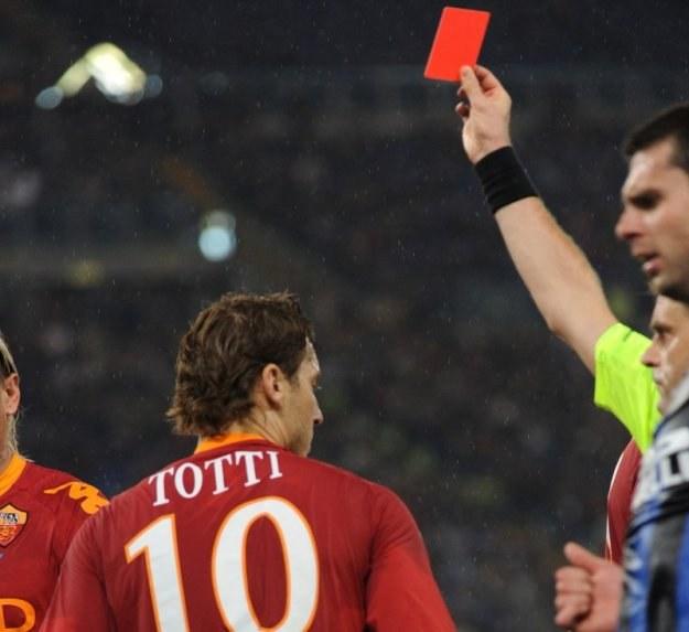 Francesco Totti otrzymuje czerwoną kartkę za faul na Balotellim /AFP