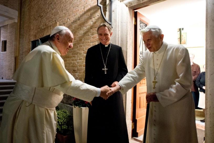 Franciszek (z lewej) wymienia pozdrowienie z Benedyktem XVI (z prawej) /OSSERVATORE ROMANO  /AFP