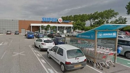 Francja: Dwie ofiary strzelaniny w hipermarkecie. Napastnik żąda wypuszczenia Abdeslama