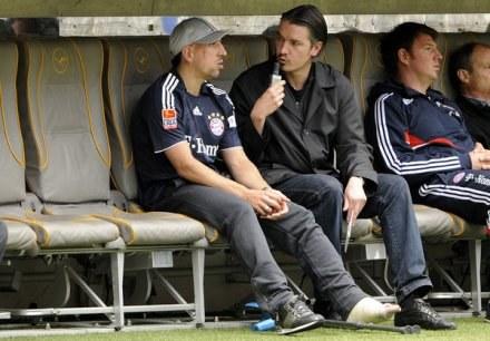 Franck Ribery (pierwszy z lewej), może tylko siedzieć na ławce /AFP