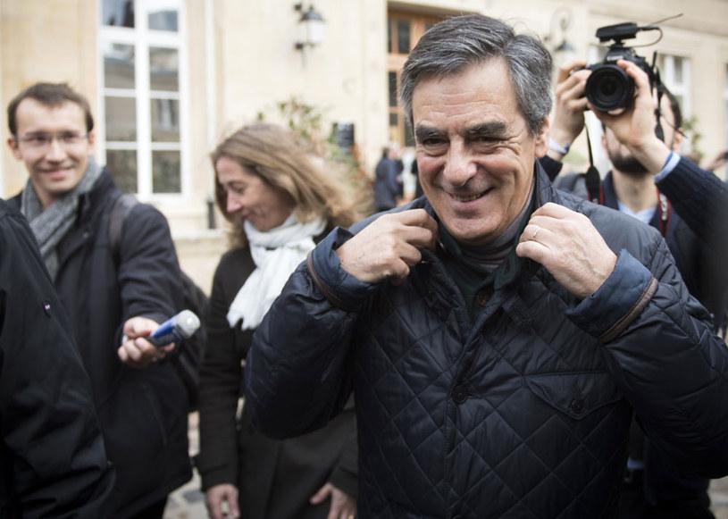 Francois Fillon wygrał w pierwszej turze prawyborów w partii Republikanie /AFP