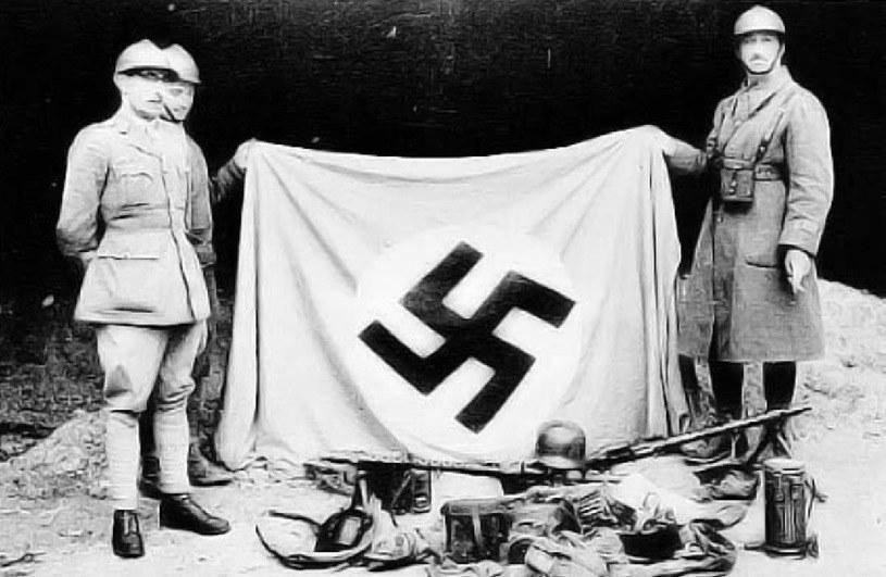 Francuscy żołnierze z trofeami zdobytymi we wrześniu 1939 roku /AFP