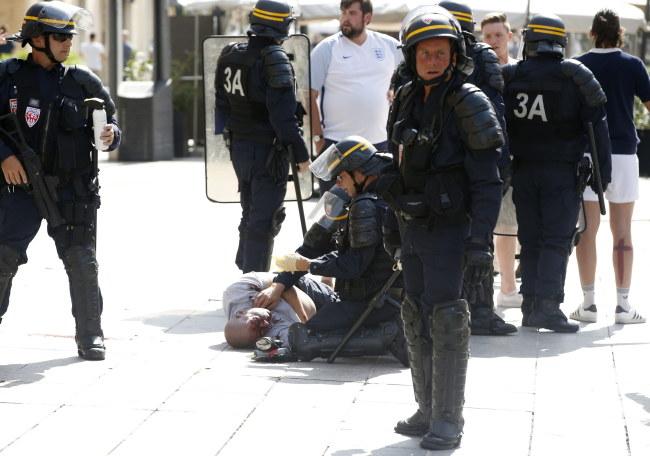 Francuska policja podczas starć w Marsylii /PAP/EPA