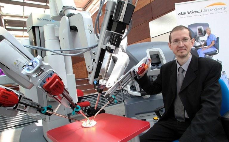 Francuski chirurg Alain Herard z robotem da Vinci /FRANCOIS NASCIMBENI /AFP