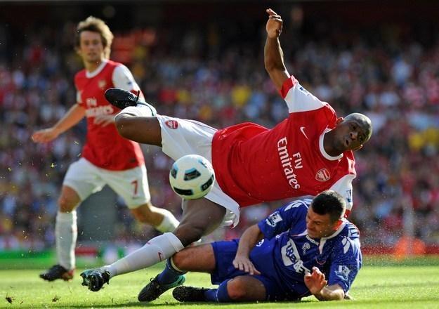 Francuski piłkarz Arsenalu Londyn Abou Diaby (u góry) /AFP
