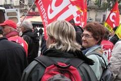 """Francuzi wśród rac i w trupich czaszkach przeciw """"unijnemu zaciskaniu pasa"""""""
