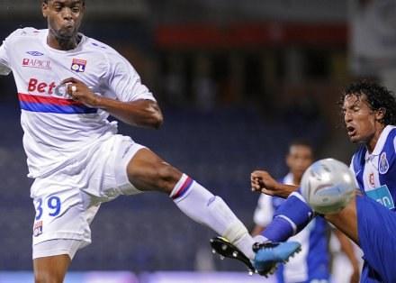 Frederic Piquionne w walce z Brunem Alvesem z FC Porto /AFP