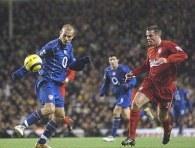 Fredrik Ljungberg w pojedynku z Jamie Carragherem. Liverpool - Arsenal 2:1 /AFP
