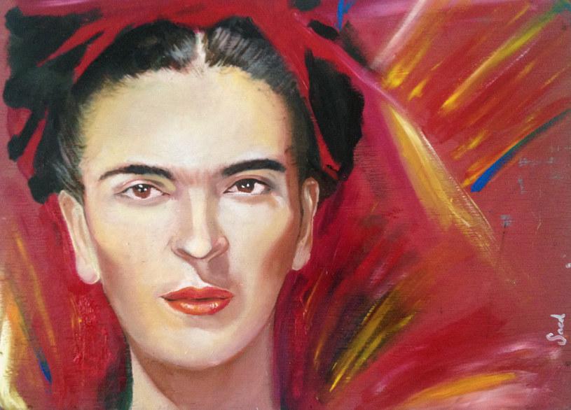 Frida Kahlo, która zmarła w 1954 roku, otrzymała pierwszy oficjalny hołd, jaki kiedykolwiek przyznano artyście. Jej trumna była pokryta sztandarem z sierpem i młotem. /