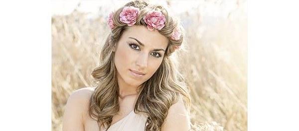 Bardzo delikatne fale z kwiatami oplecionymi pasmami długich włosów – to stylizacja dla kobiet, które zamiast welonu wybierają wianek. Ta fryzura ślubna ma romantyczny, kobiecy charakter, chociaż może stać się nieco drapieżna w odbiorze, jeśli skontrastuje się ją z mocnym makijażem.