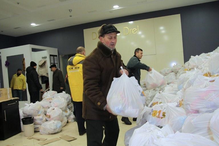 Fundacja Achmetowa była największym źródłem dostaw pomocy humanitarnej /AFP