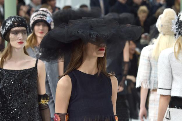 Fundamenty paryskich domów mody i potęgę francuskiego szyku w znacznym stopniu zbudowali cudzoziemcy./ Pokaz Chanel /Getty Images